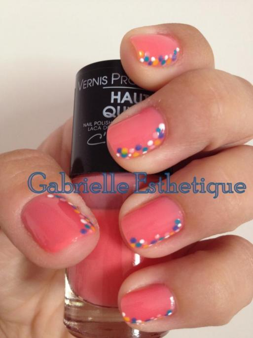 Vernis rose-orange avec points colores