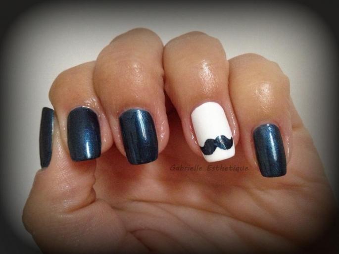 Nail art moustache